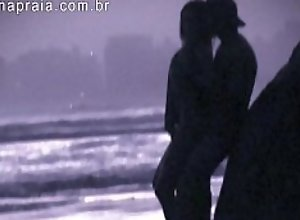 Fim de tarde na praia sempre tem um casal trepando
