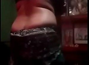 hot bengali boudi showingg her feagure full..
