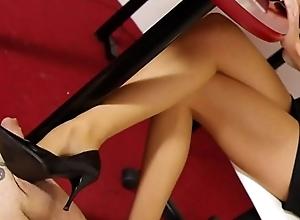 Nylon Pantyhosed Lady Makes A Job