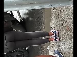 Gostosa de cal&ccedil_a legging com marido na rua