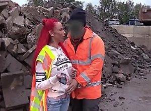Baustellen Arbeiter fickt rothaariges Teen bei..