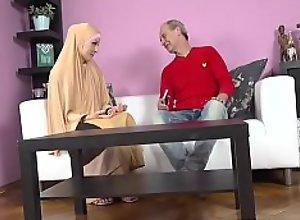 Buxom muslim lady knows how tu suck a dick