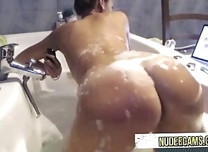 AMAZING dame takeing shower