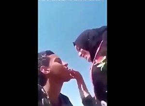 ام و بنتها يموتون في الزباب