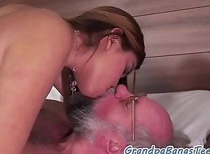 Dickloving babe gets screwed wits grandpa