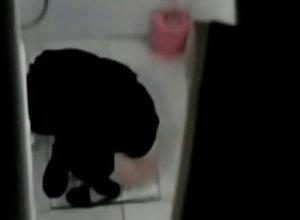 une iranienne qui urine dans les toilettes