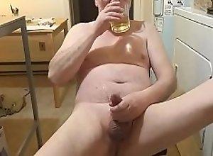 Un bon verre de pisse en me crossant la bite..