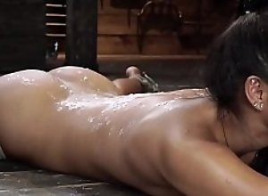 Petite waxed squirter gets toyed