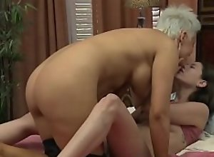 Les milf with huge boobs eats out babes pussy