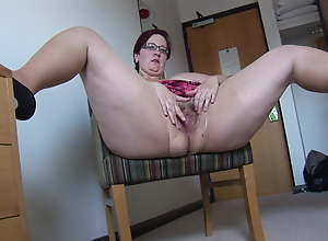 Busy Mature BBW in mini skirt rips her pantyhose..