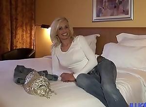 Cougar sexy veut se faire d&eacute_monter [Full Video]