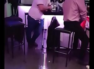 Hombre borracho meando