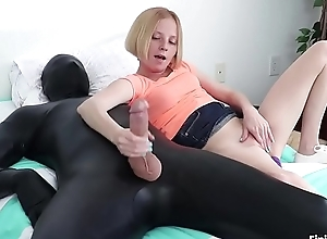Alyssa Hart masturbe un soumis