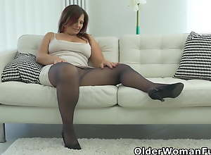Curvy mature Riona rubs her pussy in nylons