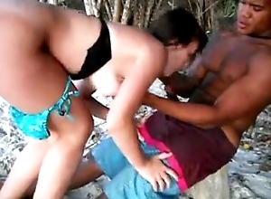 Casada com negao na praia