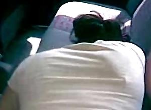 Cogiendola en el asiento de atras del carro