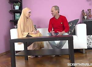 Buxom muslim lady knows how tu drag inflate a..