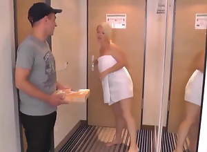 Pizza-Mann fick heiBe MILF